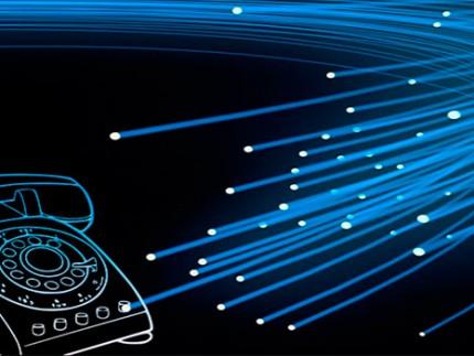 Cables de fibra óptica llegando a un teléfono
