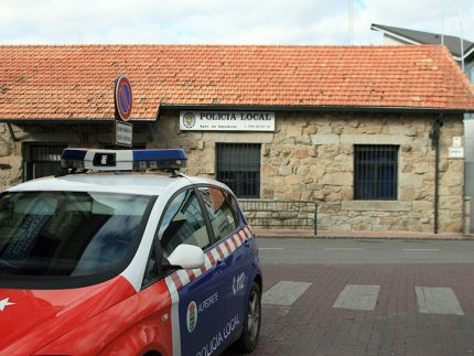 Coche de la policìa local de Alpedrete aparcado frente a la comisaría