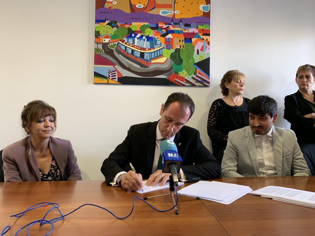 El alcalde Juan Rodriguez firma el convenio para su remision a RENFE