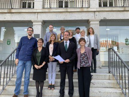 Miembros de la corporación municipal frente al consistorio
