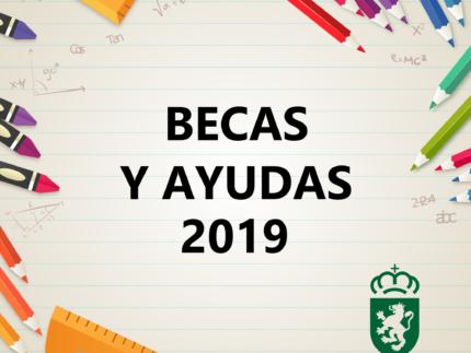 Lápices de colores y reglas con texto de becas y ayudas 2019 y el logo de Alpedrete