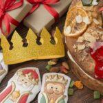 Imagen de roscon de reyes con una corona y figuritas de los Reyes Magos.